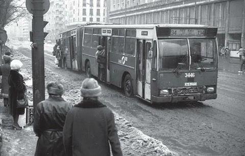 """""""București 1985: din cauză că  veneau greu, autobuzele erau extrem de aglomerate, circulau cu ușile deschise și din când în când atingeau asfaltul cu…"""""""