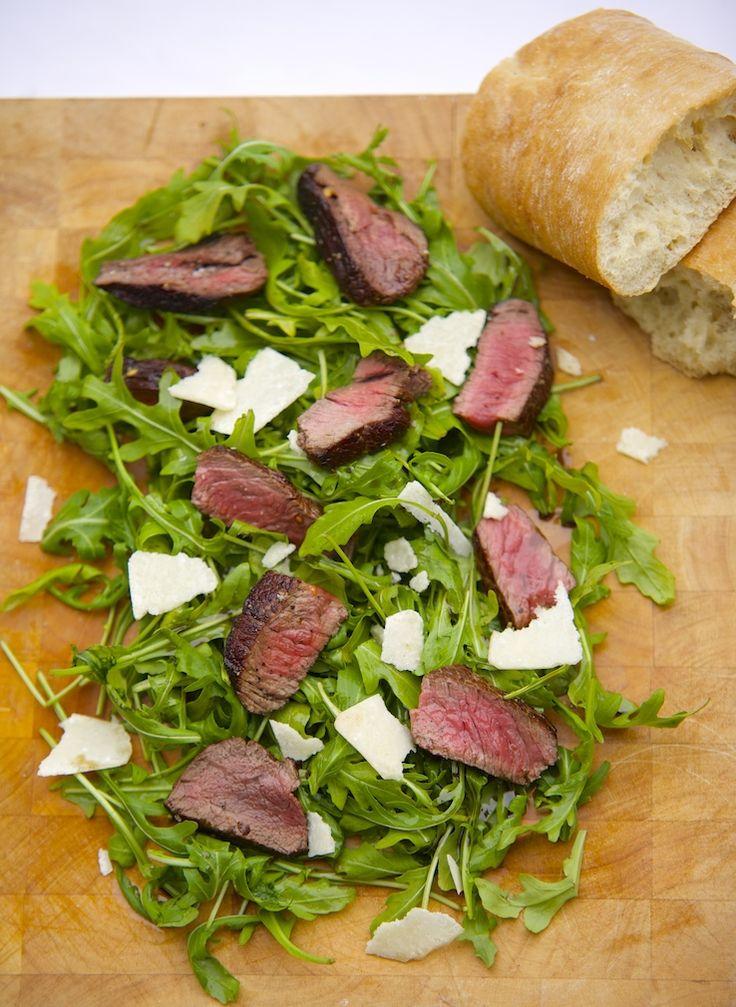 5 or less: Deze salade komt uit ons #5orlesskookboek! Biefstuksalade met parmezaan. Heerlijk, simpel en snel! #5orless #salade #diner