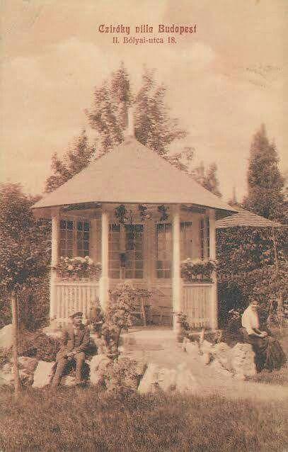 1900 körül. Bólyai utca 18 kertje.