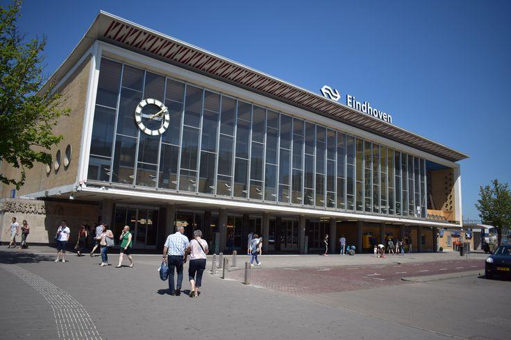 Misschien was het wel één van de beste plekken in Eindhoven en zeker in het station om te vertoeven: de Stationsrestauratie. Het restaurant boven de ingang van het station staatechter al een tijdje leeg. Wat gaat hier gebeuren? Je kon er heerlijk zitten en van een kopje koffie genieten. Of twee, of drie als de …