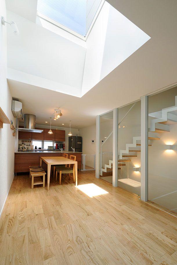 CASE 256 | 光筒のデザイナーズ住宅 古屋市内の密集地に建つ、個性的な表情を外観に持つ木造三階建て住宅です。筒状のトップライトを中心とした事で、縦への空の広がりを確保し、2階をLDK一室として計画したプランで、横への平面の広がりを獲得しました。この建物には縦、横それぞれの「広がり」があります。密集地でありながらも、トップライトの光で包まれた空間が、お施主様のオリジナルスタイルとなりました。 設計監理:フリーダムアーキテクツデザイン 施工場所:名古屋市瑞穂区