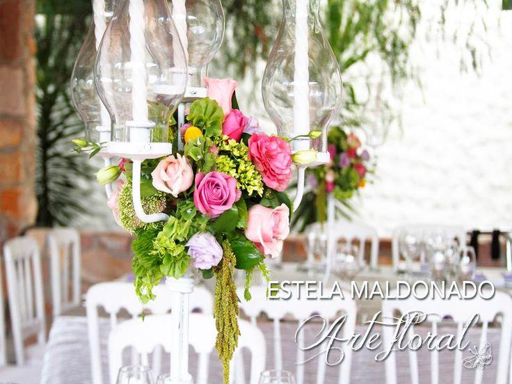 Candelabros con toques de colores pasteles #vintage #bodas #bodasmexico #sanmigueldeallende #guanajuato #wedding #centerpiece #floral