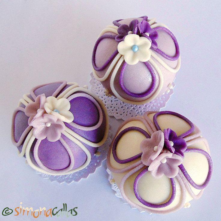 Mini torturi sferice cu visine si ciocolata M-am îndrăgostit de aceste prăjiturele elegante şi cu aer vintage, care seamănă cu globuleţele ornamentale...