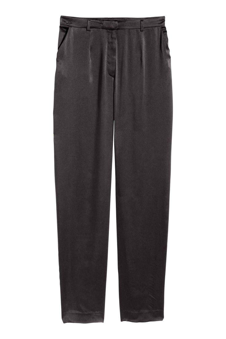 Jedwabne spodnie: JAKOŚĆ PREMIUM. Szerokie spodnie z jedwabiu morwowego. Zakładki w talii, zapięcie na haftkę i kieszenie po bokach.