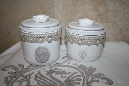 Ces deux anciens bocaux en verre ont été recyclés en bocaux décoratifs parfait sur une coiffeuse ou dans la salle de bain . Ils sont peints en blanc ,  avec une couche de prot - 18823225