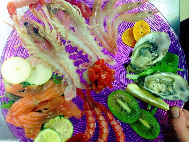 Misto di cruditè (salmone, ostriche, scampi, gamberetti) della Fonte del Penitente di Montenero