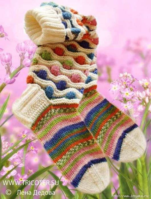 МНОГОЦВЕТНЫЕ НОСКИ И ГОЛЬФЫ С ВОЛНИСТО-РЕЛЬЕФНЫМ УЗОРОМ ОТ ЛЕНЫ ДЕДОВОЙ<br>Необычные, красивые, яркие носки и гольфы не только согреют ноги, но и украсят ансамбль и поднимут настроение.<br><br>Многоцветные носки и гольфы с волнисто-рельефным узором.<br><br>Носки. Размер 37 –38. Работа Лены Дед..