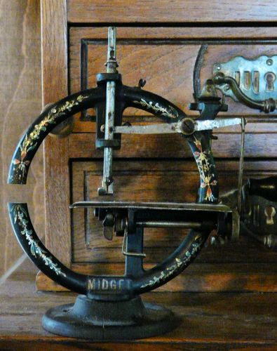 *Early 1900's RARE Round Midget Toy Child's Sewing Machine