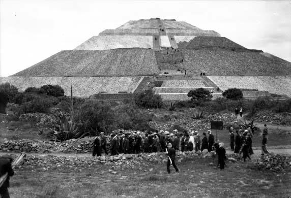 Porfirio Diaz d visita con una carabana entrando a teotihuacan
