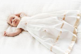 długa sukieneczka do chrztu ze słotą koronką