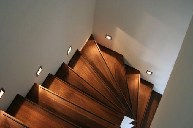 Vyrábíme kvalitní dřevěné masivní schody a schodiště, nášlapy na schody, dřevěné obklady schodů. Zakázková výroba na míru z běžných i luxusních exotických dřevin. Půdní schody, venkovní schody, dřevěné schody, obklady na schody, schody z masivu, točité schody a schodiště, dřevěné schodiště, interiérové schody.  Zaměření a kalkulace provádíme ZDARMA. Máte zájem o ceník dřevěných schodů či kalkulaci na míru ? KONTAKTUJTE NÁS !