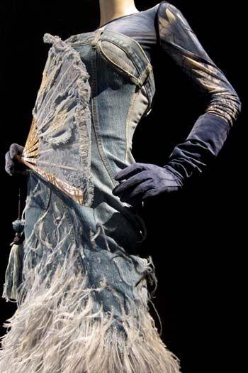 Collectie Divine Jacqueline, jurk L'Écume des jours. Haute Couture voorjaar/zomer 1999. Nauwsluitende strapless jurk van vaal denim met struisvogelveren.