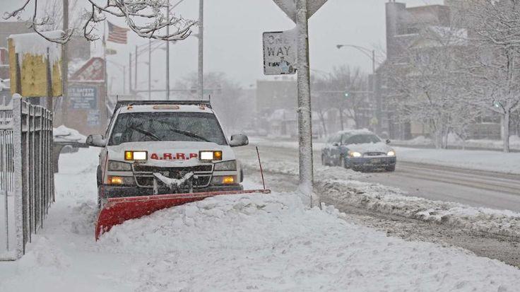 Ein Wintersturm hat weite Teile des Mittleren Westens der USA unter einer dichten Schneedecke begraben und vielerorts für Chaos gesorgt. Mehr als 1950 Flüge in der Region wurden gestrichen. Im Staat Illinois kam es zudem zu massiven Stromausfällen: Rund 18 000 Kunden saßen im Dunklen, die meisten von ihnen in Vororten von Chicago. Im Norden von Indiana fiel der Strom in fast 8000 Haushalten aus…