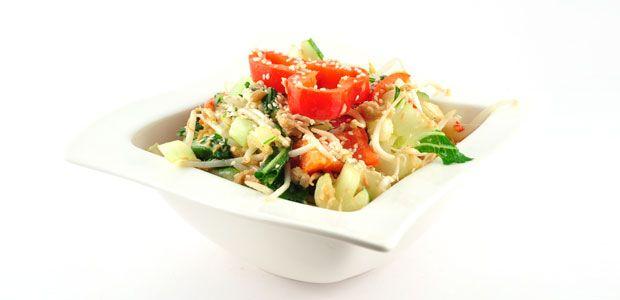 Dit lauwwarme salade met paksoi en tonijn recept is weer zo'n turbo recept. Deze server je met het grootste gemak binnen 15 minuten uit.