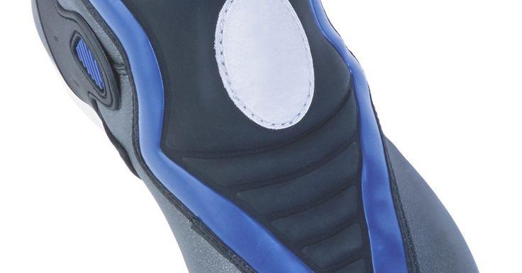 Cómo eliminar un olor a humedad del interior de unas botas de esquí. La humedad que se forma en las botas de esquí debido a la nieve o a la sudoración de los pies puede convertirse en un olor desagradable a humedad. Aunque se puede eliminar el olor desagradable de las botas haciendo que el interior se seque rápidamente, esto no siempre es posible. El olor a humedad indica que hay bacterias y hongos que causan mal ...