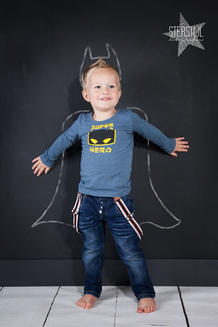 www.sterstijl.nl chalkboard kids photography For a superhero theme photo op have children pose in front of a superhero outline.