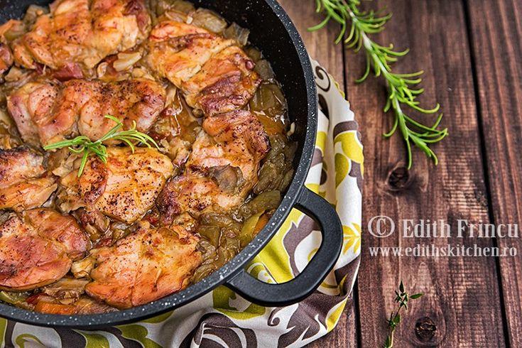 Pulpe de pui pe pat de legume, un preparat rapid si delicios. Pentru un preparat dietetic, putem folosi vinete, morcovi, ceapa, usturoi si sos de rosii.