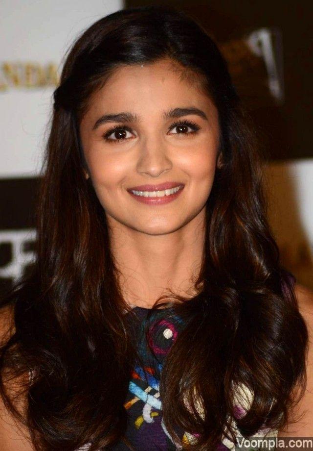 Alia Bhatt flaunts her cute dimples at the trailer launch of her upcoming movie Shaandaar. via Voompla.com