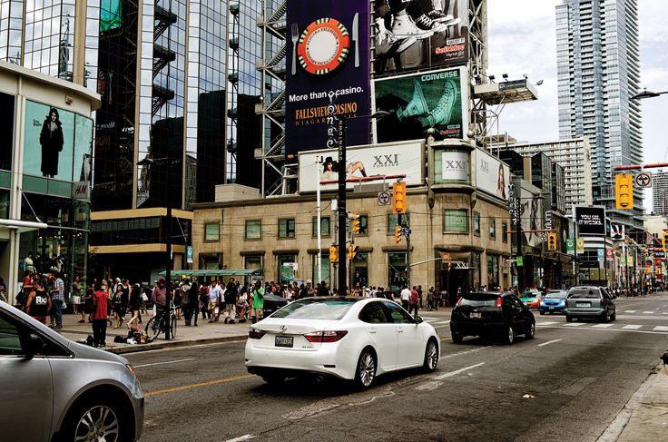 비 갠 후 햇살 내린 지붕처럼 산뜻하고 따뜻한 기운이 토론토의 거리를 색칠한다. 토론토는 세상에서 가장 낭만적인 스타일이다. 도시 풍경을 환히 밝히는 렉서스처럼 말이다. |  Lexus i-Magazine 다운로드 ▶  www.lexus.co.kr/magazine #Lexus #Magazine #toronto