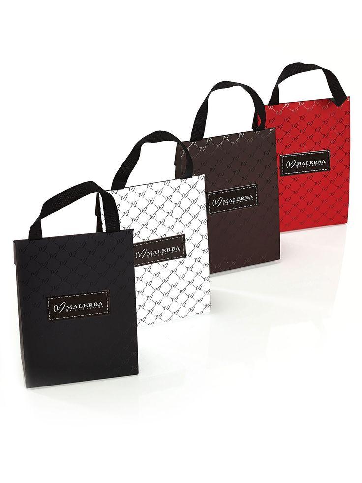 Piccolo sacchetto con effetto soft con logo color argento ed in rilievo. Dimensioni: 13x18x6 cm. Colori: marrone, nero, rosso, bianco.  Rifinitura con stampa a caldo film argento.