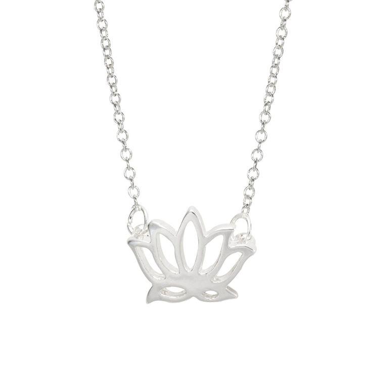 Collier créateur tendance argenté. Collier créateur orné d'un pendentif fleur argenté monté sur une chaîne.  Chaîne: 55 cm