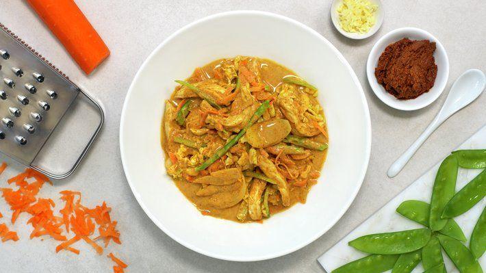 Indisk curry er en super hverdagsgryte. Karripasta, kokosmelk og ingefær gir varme fra Asia, og blandet med gulrot, sukkererter, kål og norsk svinekjøtt i strimler har du en spennende, smaksrik rett.