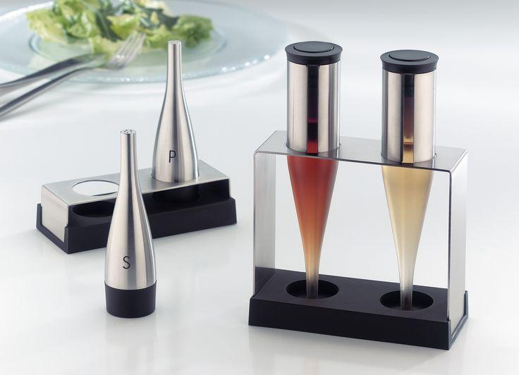 Elegancki i praktyczny zestaw do oliwy i octu marki Auerhahn wykonany jest z najwyższej jakości stali chromowo niklowej 18/10 oraz tworzywa sztucznego. Wystarczy tylko nacisnąć podajnik, by kropla oliwy, czy octu mogła skroplić się na talerz. Pojemniki posiadają efektowną podstawkę. Pięknie komponuje się razem z innymi akcesoriami Auerhahn. Wielokrotnie nagradzany, między innymi w konkursach RedDot i Good Design.