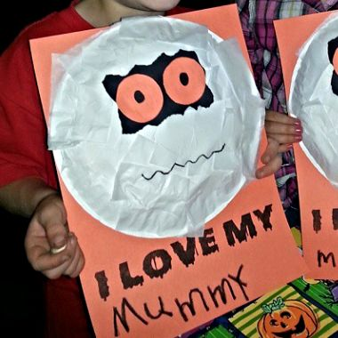 Learn how to make a paper plate mummy craft for kids! All you need is a paper plate, tissue paper, and paper. Great halloween art project.