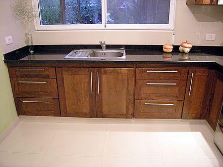 Amoblamiento de cocina en madera de cedro macizo combinado - Cocinas color nogal ...