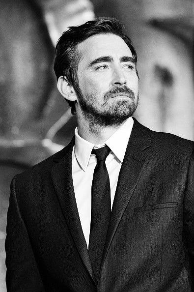 Breathtaking in black and white. #LeePace on the green carpet at the world premiere of The Hobbit: The Battle of the Five Armies at London's Leicester Square, Dec. 1 2014.
