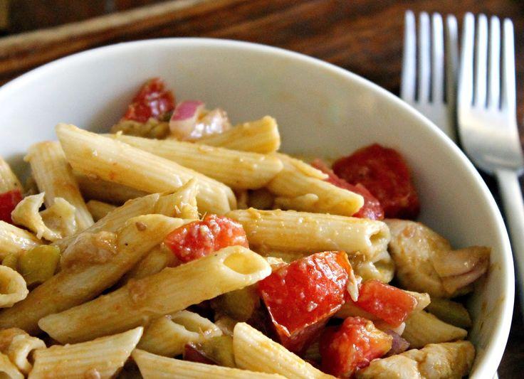 Για 2 άτομα:  300 γρ κοντά ζυμαρικά, βρασμένα 300 γρ κοτόπουλο ψημένο και κομμένο σε μικρά κομμάτια 1 μεγάλο ώριμο αβοκάντο 1 μεγάλη πιπεριά 1 κόκκινη πιπεριά Φλωρίνης 1 καυτερή πιπερίτσα 1 μεγάλη ντομάτα, χωρίς τους σπόρους 1/2 κρεμμύδι ξερό ψιλοκομμένο (προαιρετικό) χυμός και ξύσμα από ένα λάιμ 3-4 σταγόνες tabasco  1. Λιώνεις με το πιρούνι το αβοκάντο να γίνει πουρές, σε ένα μπολ...  Διαβάστε ολόκληρη τη συνταγή στο: Elena 's Cooking