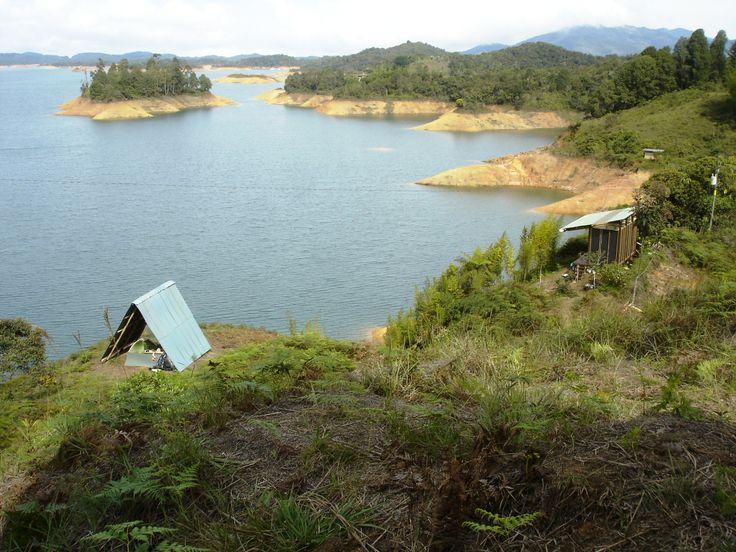 La vista del Techo Sietecueros hacia el Techo Guayabas, los baños y la represa
