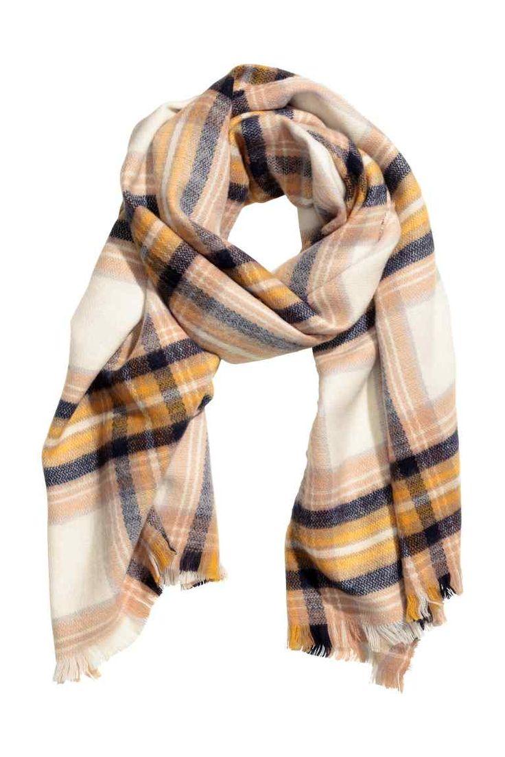 Fular en bloque de color: Fular en tejido suave con acabado de flecos. Estampado…