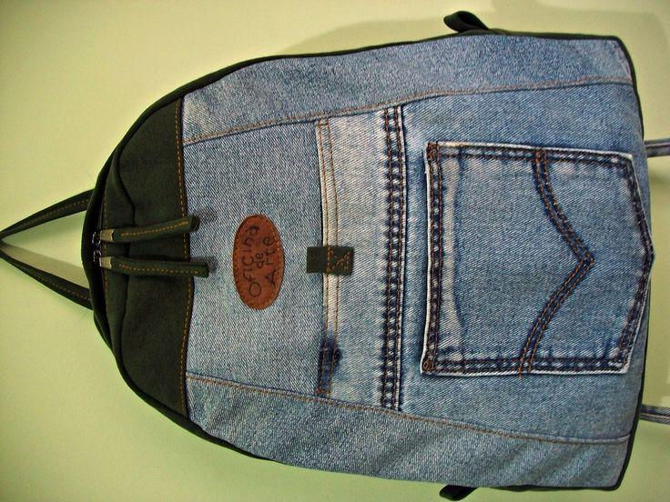 Mochila feita em jeans reciclado,com 2 bolsos na frente,1 bolso atrás com velcro + 1 bolso interno,detalhes em lona,ferragens prateadas. <br>***Cabe notebook,cadernos,livros,etc...
