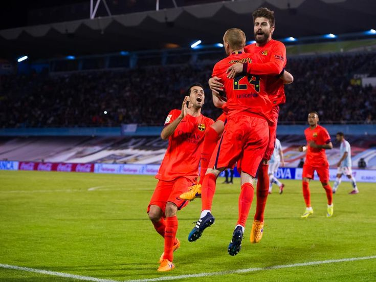 Los jugadores del Barça celebran el gol de Mathieu.