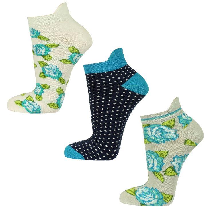 Drie paar leuke enkelsokken. 2 paar enkelsokken hebben blauwe bloemen en 1 paar sokken is blauw met witte puntjes. De bloemen zijn ingebreid en aan de achterkant van de sok zit een klein oortje om te zorgen dat de enkelsokken niet in de schoen zakken