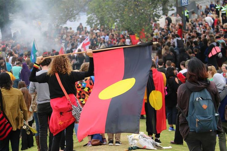 Onlookers at an Invasion Day event in Melbourne (ABC News: Loretta Florance)
