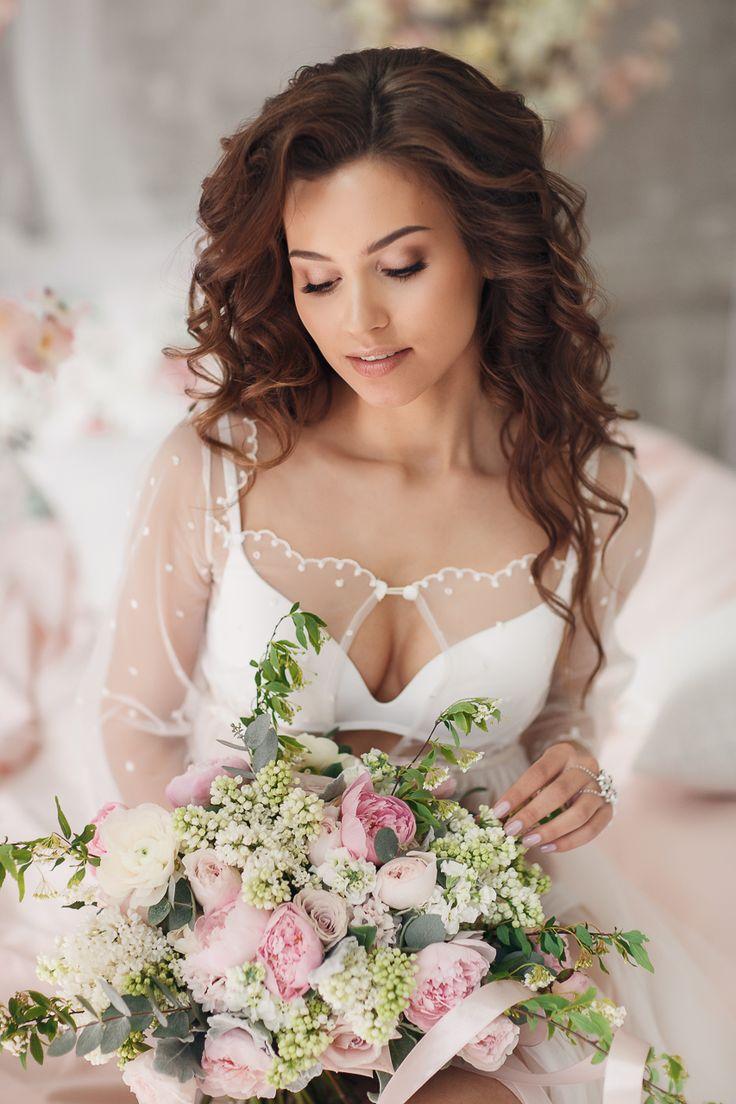 Красивый романтичный поясной портрет невесты. И портрет, и деталька - букет)