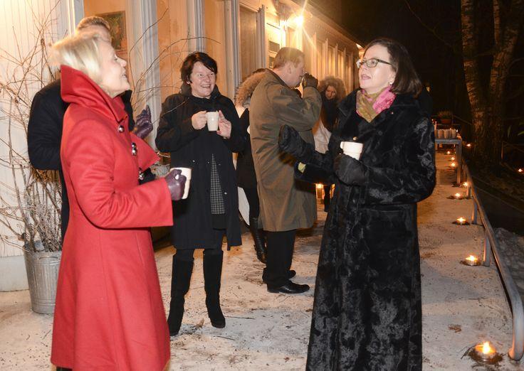 Imatran Baletin Mirja Borgström ja Vantaan kaupungin kuntalaispalvelujen johtaja Iiris Lehtonen nauttivat alkupalakeittoa upeasti laulellen.