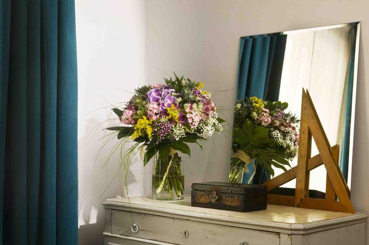 A countryside inspired bouquet in a bedroom | Un arreglo campestre en un cuarto