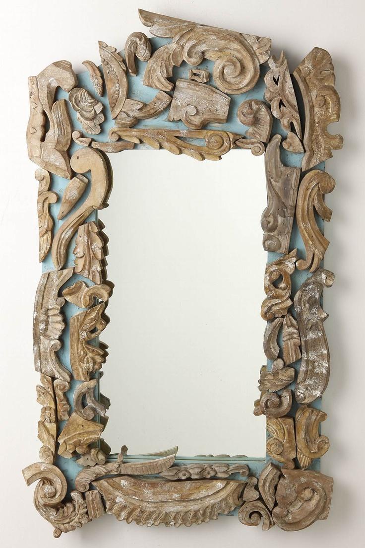 Specchio. Cornice realizzata con pezzi e dettagli di vecchie cornici.