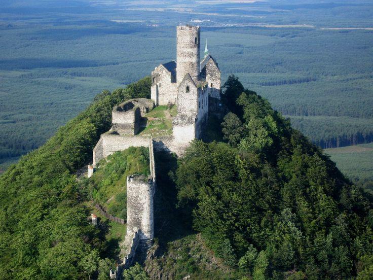 Na vrchu je často kruhová svätyňa, niekedy s prvkami posvätného páru. Inokedy je tento obraz vyjadrený vzdušným zámkom v duchovnom svete, zakliatym zámkom či hradom. Práve ústredná veža je na hradoch často najstaršou časťou stavby a sama stojí na mieste kruhového prírodného prastarého božišťa.