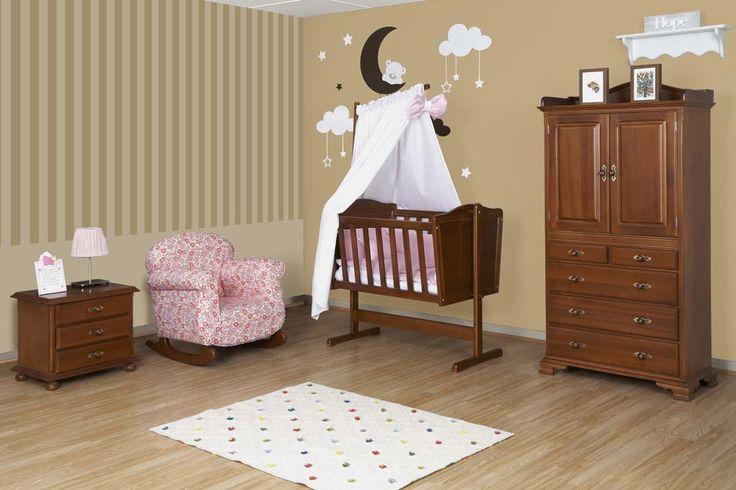 Hermosa habitación para bebé de nuestra línea clásica con colores cálidos y tradicionales. Incluye una cunamecedora, mesa de noche, guarda-ropa y poltrona mecedora ideal para estimular la lactancia.