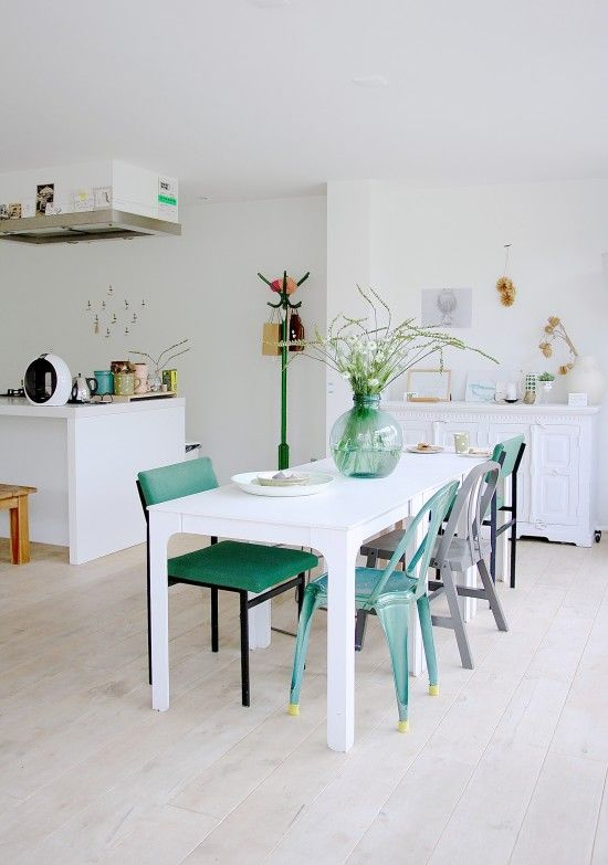 Een prachtig fris, licht, kleurrijk en vooral eigentijds huis. Door de grote raam partijen schijnt
