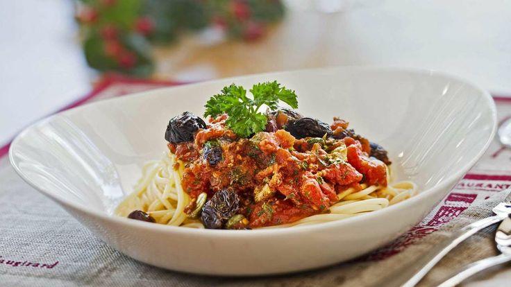 Unser Sonntagsgericht der Woche: Spaghetti Puttanesaca. Die Zubereitung zeigen wir wie immer in acht Fotoschritten und ganz neu auch auf Video. Guten Appetit!