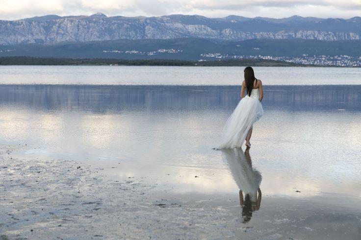 Horvátországban voltam az Új generációs esküvőfotográfus képzés által szervezett workshopon. Ott készült ez a fotó. A lány, aki a vízen jár.