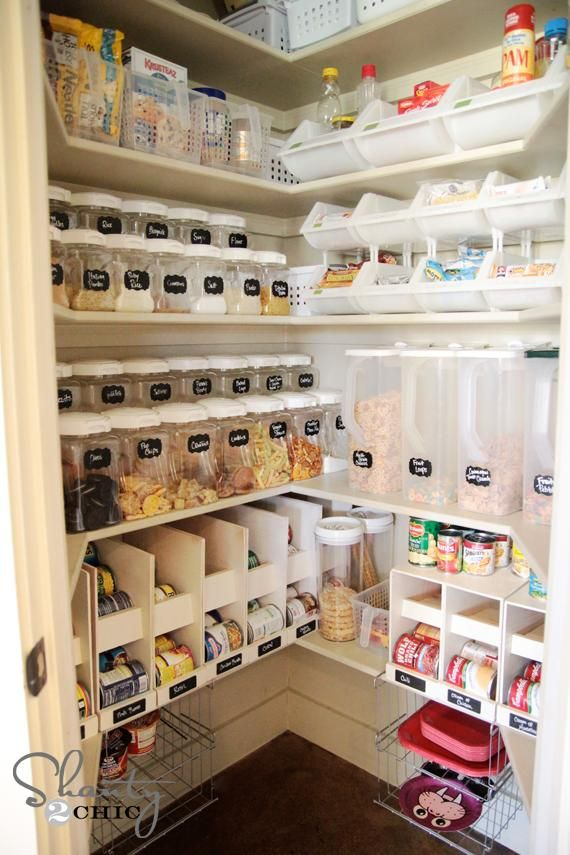 Praktisch ingedeelde bergruimte voor voeding en andere veelgebruikte keukenproducten.