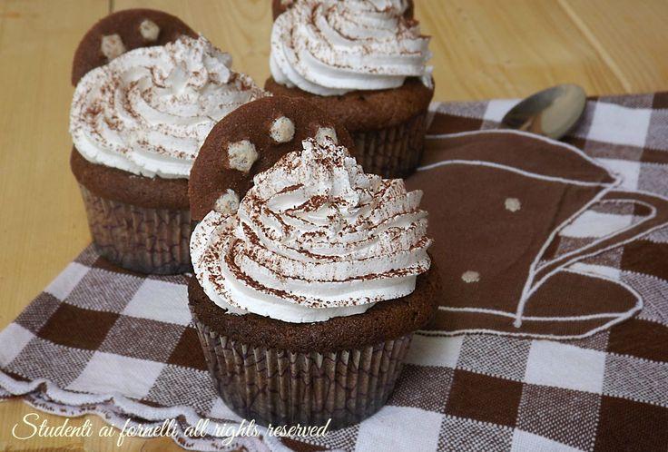 Cupcakes pan di stelle al cioccolato con panna e cacao, una merenda golosa e semplice da realizzare. Ricetta facile e veloce