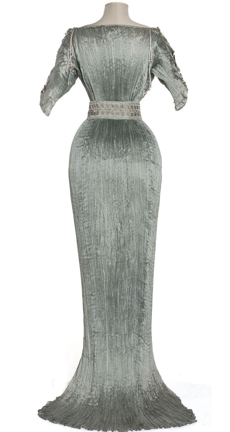 """Robe """"Delphos"""", Mario Fortuny, Venise, 1905-1907  Pongé de soie plissé, verre de Murano"""