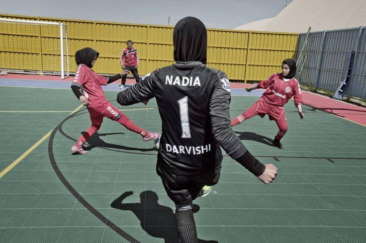 Jugadoras de fútbol. La mayoría de las jugadoras de fútbol son estudiantes de secundaria o universitarias y pertenecen a familias de clase social media y alta. En Kabul existen 16 equipos de fútbol y en 2013 se celebró el primer campeonato femenino. La entrada al campo solo estuvo permitida a los familiares de las futbolistas